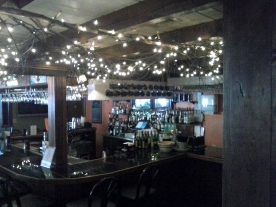 Meadowmere Resort: Another view of the bar at Jonathan's Restaurant,