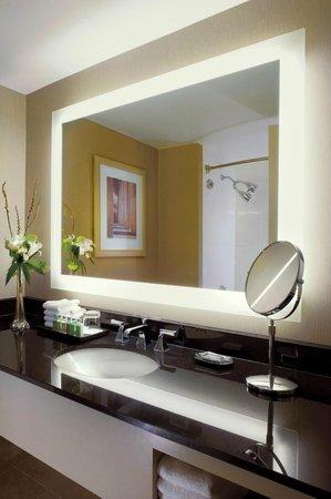 The Westin Arlington Gateway: Guest bathroom
