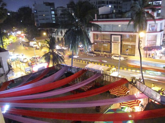 Hotel Metro Palace: Entertainment area and road seen from our room