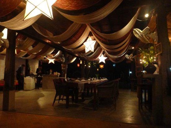 Silk Road Cafe: Restaurant Intérieur