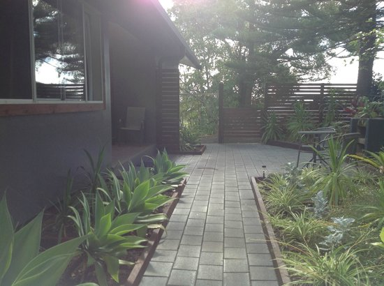 Broad Leaf Villas: Pathway to car park, clothes line and bbq/sitting area