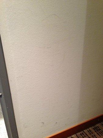 K+K Hotel Cayre: Dirty wall
