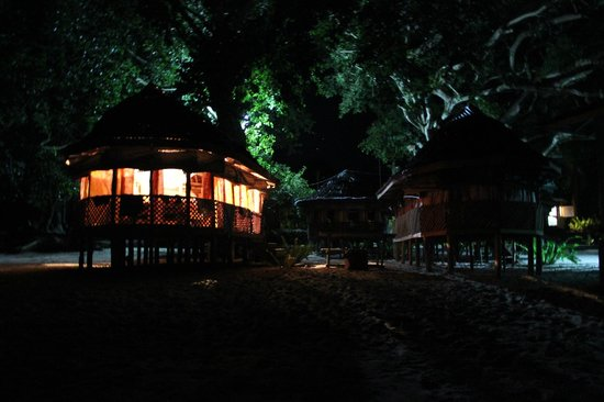 Satuiatua Beach Resort fale's at night
