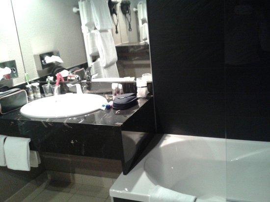 Mercure Les Deux Alpes 1800 Hotel : Salle de bain avec baignoire