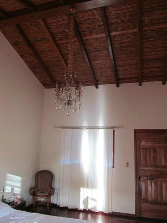 Miss Margrit's Guest House: Room ceiling with chandelier