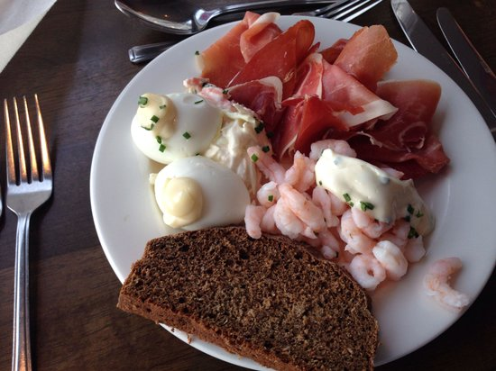 Redcastle Hotel: Great cold water prawns, eggs. Great ham and wonderful breads