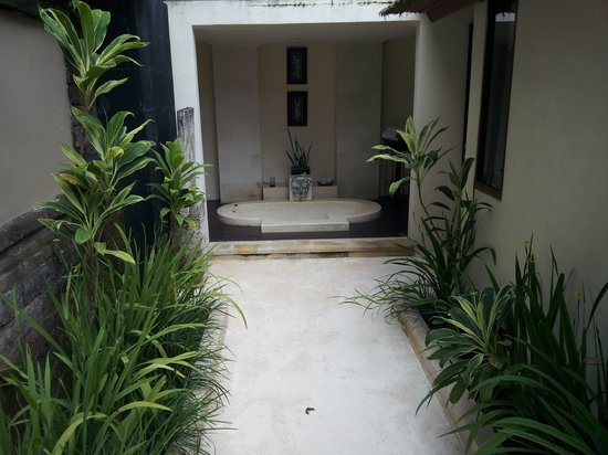 The Ubud Village Resort & Spa : The outdoor bath