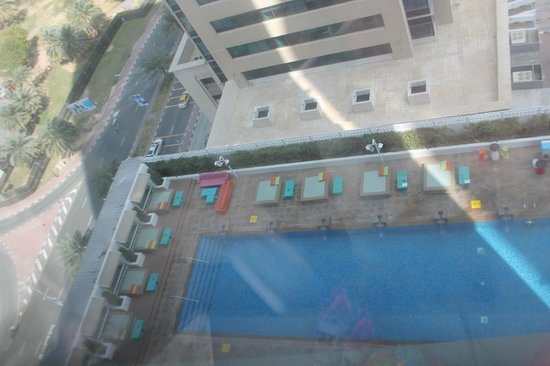 Media One Hotel Dubai: View of the pool from our room on the 15th floor (Note the dirty windows)