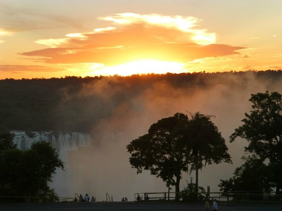 Belmond Hotel das Cataratas : Sunset over the falls from our room window