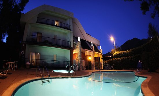 La Cuesta Inn: Pool and Spa at night