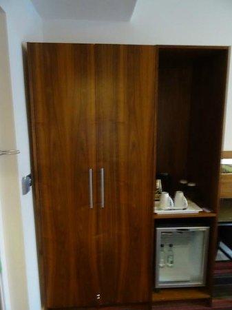 Holiday Inn Newcastle - Jesmond: Second room's closet