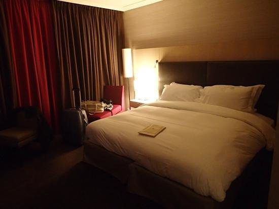 Sofitel Paris La Defense: massive bed
