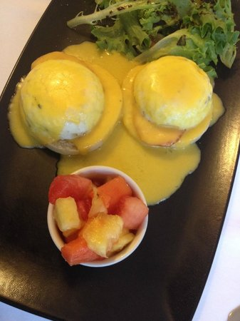 San Gregorio Hotel and Spa : Breackfast - a very estrange sauce for the Benedictine eggs with an odd lettuce salad