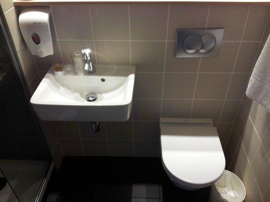 Premiere Classe Lyon Est - Saint Quentin - Fallavier Aeroport: salle de bain