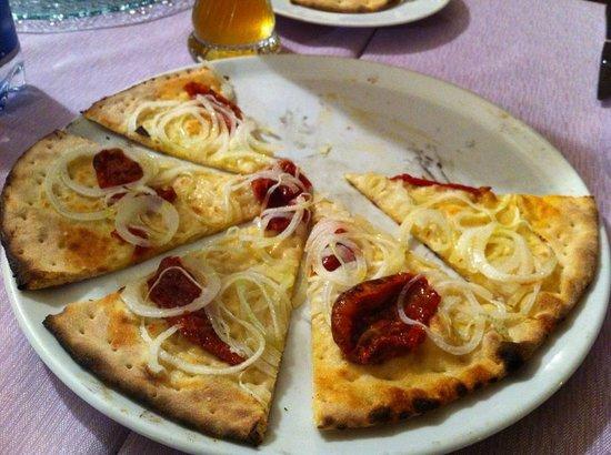 Trilogy Club Pizzeria Ristorante Pub : Focaccia cipolle e pomodorini semi secchi