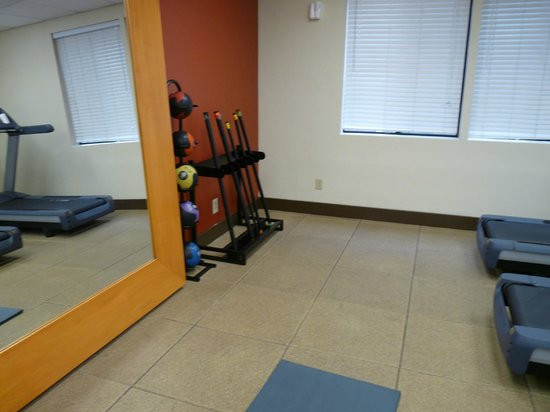 Embassy Suites by Hilton Flagstaff: An area across from a row of treadmills and ellipticals