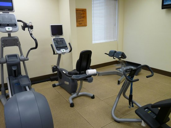 Embassy Suites by Hilton Flagstaff: One corner of the fitness room (tvs on machines)