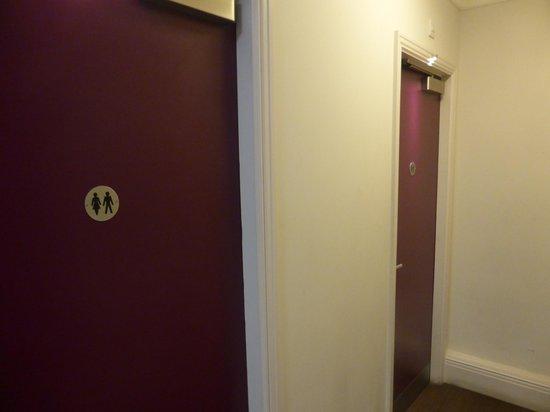 Safestay London Hostel at Elephant & Castle: Bathroom Doors