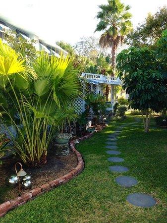 Meranova Guest Inn: Gorgeous gardens