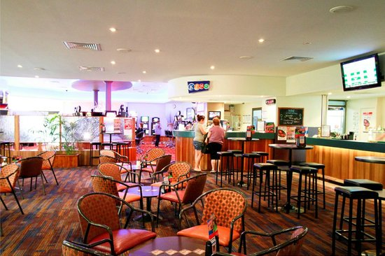 Reef Gateway Hotel: Enjoy a cold one is our lounge bar. Family friendly.