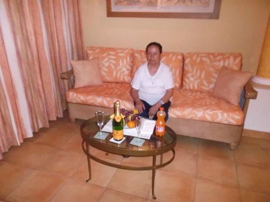 Occidental Costa Cancun: mi mama tomando una copa de vino, cortesia del hotel.