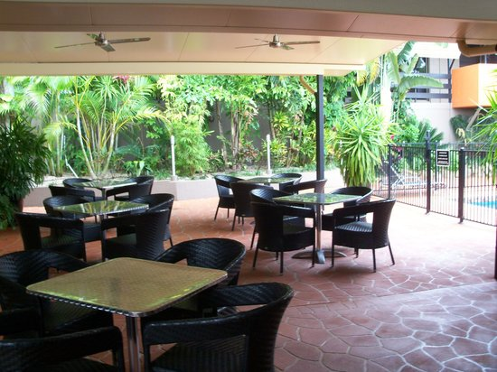 Reef Gateway Hotel: Perfect for any day, rain, hail or shine! Our poolside dining is undercover with fans!