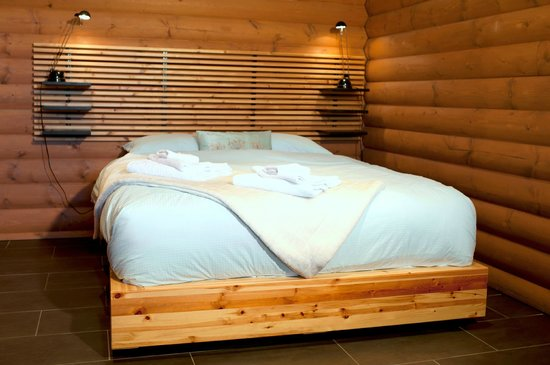 Myra Canyon Ranch : Suite bedroom with queen size bed