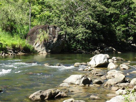Pousada Conde Redondo: Rio no terreno da cachoeira