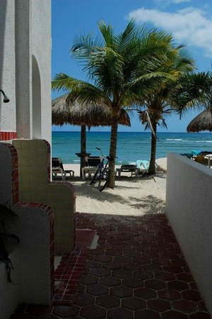 Del Sol Beachfront Hotel : View of the beach from the street, with outdoor shower