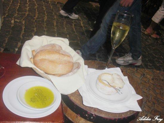 Alfaia Garrafeira: Melhor queijo, melhor azeite (com flor de sal) e pão... huuummm...