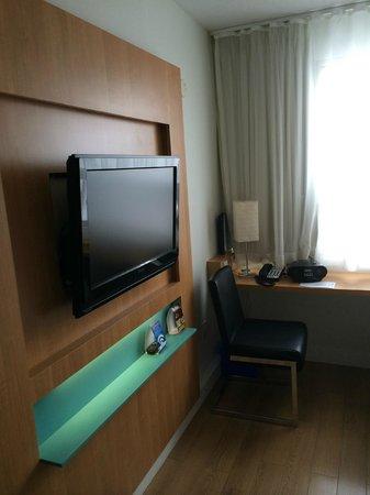 Bond Place Hotel : Телевизор ни разу не включил, а вот стола для работы мне очень не хватало все время проживания