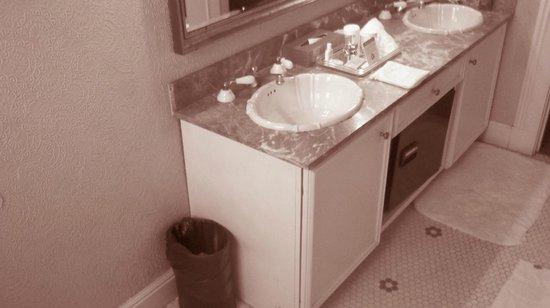 Hotel Majestic: Bathroom with 2 sinks, a trashcan and provided bath stuff
