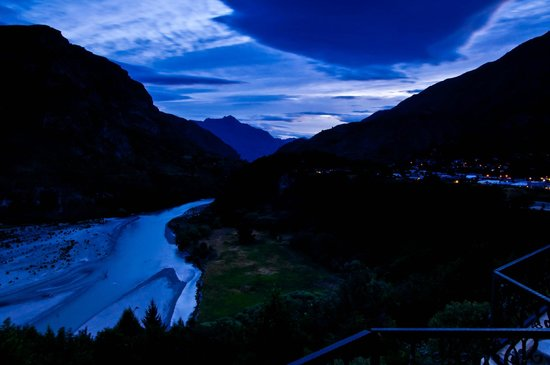Nugget Point Queenstown Hotel: From our balcony at night :)