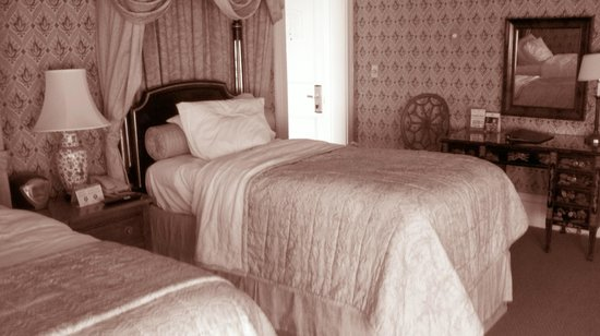 Hotel Majestic : other side of twin beds suite, room 402
