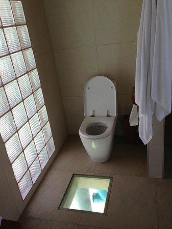Anantara Dhigu MaldivesResort : The washroom in the overwater villa