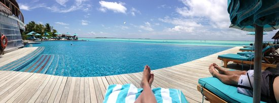 Anantara Dhigu MaldivesResort : View of the infinity pool, overlooking the ocean