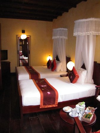 Vinh Hung Heritage Hotel: Our 2nd floor room facing street