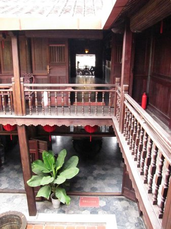 Vinh Hung Heritage Hotel: Second floor view over courtyard