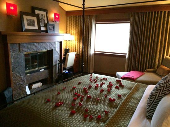 Salish Lodge & Spa: Bedroom of RM 424...view of falls out window
