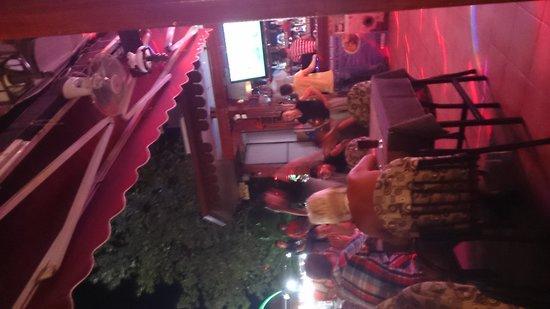 September Restaurant & Bar: acrobatics