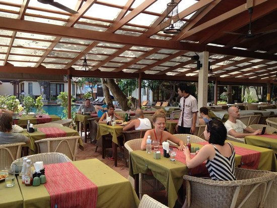 Montien House : Restaurant area next to the pool and beach