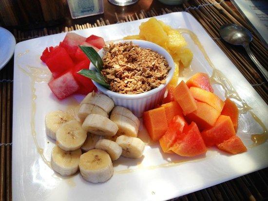 Hotel Tropico Latino: Frutas al desayuno