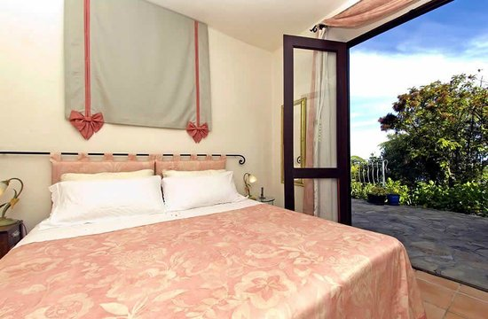 Villa Toscana : Spacious bedroom with king / twin beds