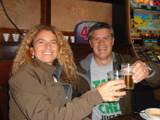 Bodega Santa Cruz: Brindando por estar en SEVILLA! en un tipico bar.