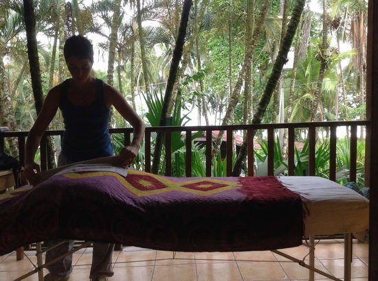 Hotel Rústico de Playa Perla Negra: Massage on my patio of my room
