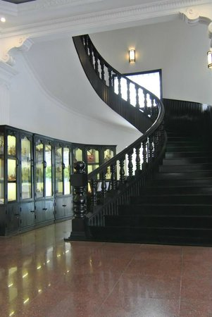 White Mansion Hotel: Stairs up to rooms (yes, they have a lift)