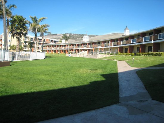 SeaCrest OceanFront Hotel: Central common area (view from ground floor, dog-friendly room)