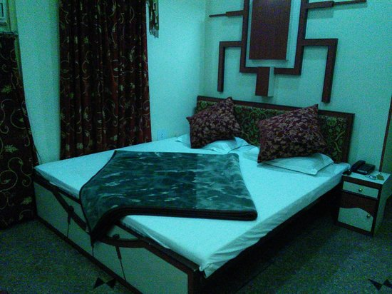 Hotel Kalyan : cozy, well appointed room for little money...