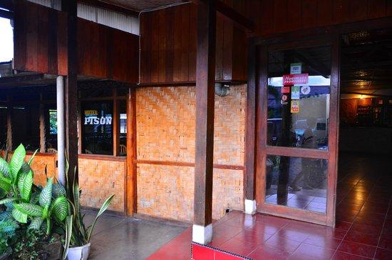 Hotel Pison : Main Entrance