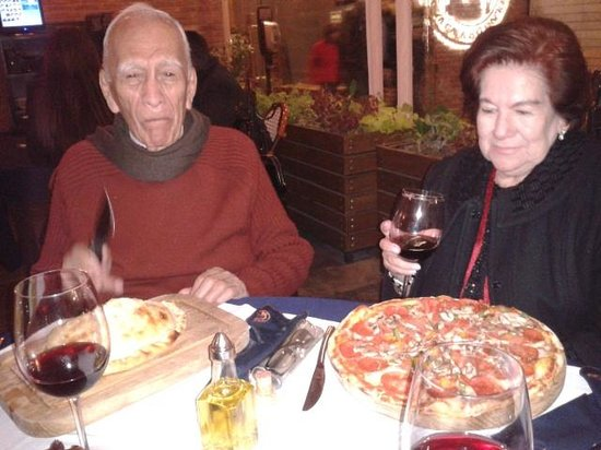 Disfrutando de una Pizza y Calzone en la Vaca Argentina